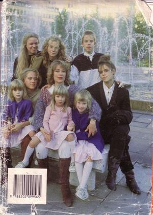 Dette er baksiden på omslaget på mitt eksemplar av Barneboka, med Anna Wahlgren og hennes 8 levende barn. De ser lykkelige og glade ut, og etter hva Felicia skriver fikk de på forhånd streng beskjed av mamma om å se lykkelige og glade ut på bildene som skulle tas.